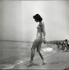 בחורה נכנסת לים בנהריה.