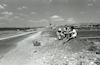 צעירים יושבים בצד הדרך בעמק יזרעאל.