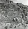 חדווה ואביטל מטיילות במבצר כוכב הירדן המשקיף על בקעת הירדן.