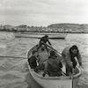 תלמידי בית הספר הימי במכמורת עולים על סירה.