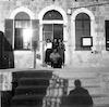 שרה רוט (מיבר) (ראשונה מימין), שושנה ברונפלד וחברה ודניאל פרל (יושב), חזית בניין בית הדואר, צפת.