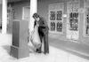 A post office worker emptying a post office box – הספרייה הלאומית