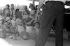 צבי טקץ מסביר לילדי בית אלפא בבית שטורמן – הספרייה הלאומית