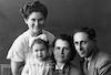 עומדת חנה אשתו (השנייה) של עמרם עם אחותה אמה ואביה – הספרייה הלאומית