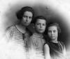האמא טובה עם ילדיה עמרם נולד 1914 ואחותו יוכבד צעירה בשנתיים – הספרייה הלאומית