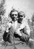 עמרם עם אביו באחוזת לנגה זכרון 1916 – הספרייה הלאומית