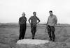 ביקור במקום של כפר דרום במבצע סיני 1956 משטח הגנרטור. משמאל אליעזר ביננפלד – הספרייה הלאומית