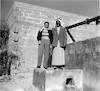1956 חליל אל עזייזה על מבנה הבאר שלו עם יהודית דיאמנט – הספרייה הלאומית