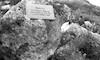 לוח זיכרון במקום נפילתו של משה רוזנפלד עין הסמל. על הגלבוע. חברי תל יוסף בהזכרה מרץ – הספרייה הלאומית