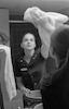 הכתבת הצעירה, סמדר שיר, ממעריב עובדת 24 שעות ביממה במלון הילטון תל-אביב על כתבה העוסקת בחייהם של עובדי המלון – הספרייה הלאומית