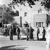 עיתונאים מחכים ליד ביתו של דוד בן גוריון – הספרייה הלאומית