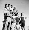 חבורת צעירים על מגדל המים בעטרות – הספרייה הלאומית